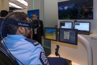 DSB benytter allerede VR-systemet Oculus Rift. Her ses et Airbus-setup i Berlin i 2016.